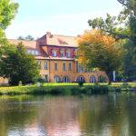 Das direkt am Wasser (Havel) gelegene Schloss